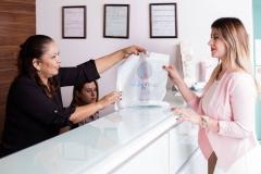 Recepcionista Minerva entregando medicamentos